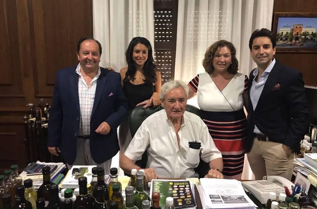 EL RECONOCIDO PERIODISTA DON LUIS DEL OLMO VIENE A VISITARNOS A LA ALMAZARA, ENCANTADORA PERSONA Y FAMILIA.
